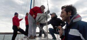 Lorenzo Palmerio  mentre guida l'equipaggio alla preparazione della barca