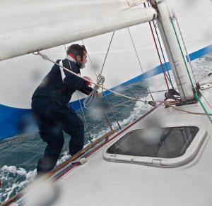 Come navigare in qualsiasi condizione, regolazione delle vele per venti leggeri, venti sostenuti e con mare formato.  Cambio di vele in navigazione, e uso della tormentina, ormeggio in rada, uso del grippiale e come disincagliare l'ancora.